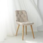 trpezariska stolica so krem plis i dab nogarki