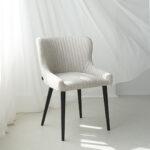 trpezariska stolica so svetlo krem stof i crni nogarki