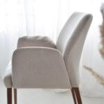 udobna trpezariska stolica so rakonsalon vo krem plis i orev nogarki