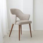 trpezariska stolica vo krem stof i masivno drvo orev nogarki