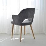 trpezarijska stolica vo siva plis i masivno drvo dab nogarki