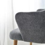 trpezariska stolica vo siva plis i masivno drvo dab nogarki