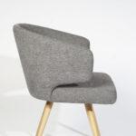 trpezariska stolica so siv stof i nogarki masivno drvo hrast