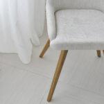 trpezariska stolica vo svetlo krem stof i masivno drvo dab