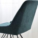 trpezariska stolica so crni metalni nogarki i tikiz stof