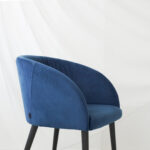 trpezariska stolica vo plav plis i crni nogarki