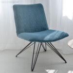 niska fotelja so metalni nogarki za dnevna soba