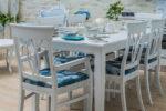 trpezariski set vo bela pokrivna boja i plav stof